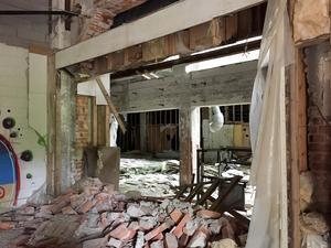 Fabriksbyggnaderna är i kraftigt förfall och har liksom hela området i åratal varit belagda med tillträdesförbud. Foto: Länsstyrelsen Dalarna