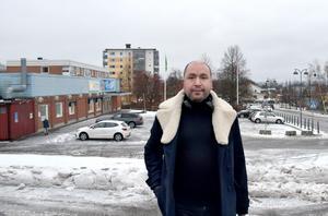 Andreas hemma i Vi på Alnö, där han växte upp. Först som vuxen har han fått veta sanningen om sitt ursprung.
