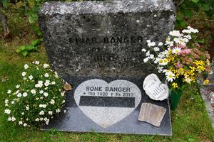 Dragspelsvirtuosen Sone Banger, som nu är begravd på Los kyrkogård, har ett dragspel på sin gravsten.