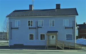 Järnvägshotellbyggnaden (Elsas) har renoverats och hyser nu en pizzeria.