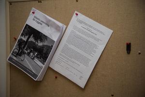Till vänster hänger metoden som Norbergs kommun ska efterfölja. Till höger har Martin nålat fast jobbannonsen, som en påminnelse om projektets syfte.