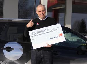 Svenska Spels vinnarambassadör Pierre Jonsson utanför ombudet, Spel & Servicehandeln i Själevad på dagen ett år efter att vinsten på 2,3 miljoner kronor fallit ut.