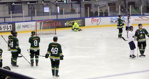 Spelarna väntade medan det jobbades med isen. Men det blev ingen tredje period.