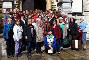Feminakören utanför en kyrka i Dublin där den gav konsert. Bild: Feminakören
