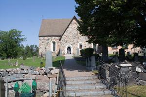 Frötuna kyrka är en av de äldsta i kommunen. Delar av kyrkobyggnaden är från 1100-talet.