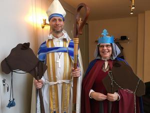 Biskop Mikael Mogren och nya kontraktsprosten Margareta Carlenius med sina rekvisita inför julspelet.