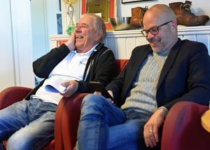 Evert Mellström skojar med Brages klubbchef Magnus Olsson. Evert hämtar klubbens post och tar den med till kansliet varje dag.