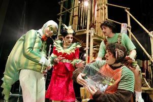 TRAZAN OCH BANARNE. Kameleonten till vänster (Mari Götesdotter), Fröken Öken (Ayla Kaba), Trazan (Andreas Nilsson) och Banarne (Nassim Al Fakir) med pirayan Maya i knät.