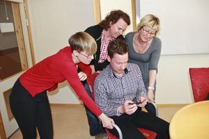En app för förskolan. Innovatören och it-konsulten Björn Estliden visar sin mobil för förskolerepresentanter från Ljusdal, från vänster Johanna Helsing, Annika Strid och Carina Skyttner.