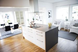 Uträknat. Köket är en kombination av Ikea och Kvik, Gunnar och Susanne har räknat och mätt minutiöst och fick ihop det.