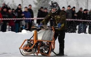 Axel Hedberg från Grycksbo, påhejad av familjen, vinner mopedklassen.Foto: BENGT PETTERSSON