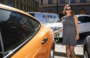 Madelene Stoor laddar sin Tesla i centrala Sundsvall dagligen.