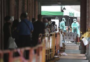 Kö för snabbtestning i Taiwans huvudstad Taipei. Den 10 maj hade Taiwan bara haft tolv dödsfall i covid-19.
