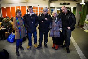 Mona-Lisa Lidberg, Mattias Eriksson, Ulf Gärdin, Eva Liljequist och Berndt Johansson har alla väntat i flera timmar på att få åka vidare västerut från Sundsvall.