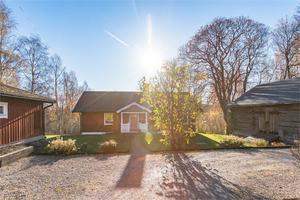 På Hornbergets sydsida ligger denna bostad belägen i ett barnvänligt soligt område. Foto: Fastighetsbyrån