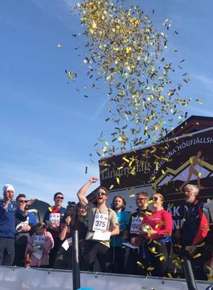 Kenneth Grym jublade när det stod klart att han vunnit en sprillans ny bil i skidevenemanget Åk en mil-vinn en bil.