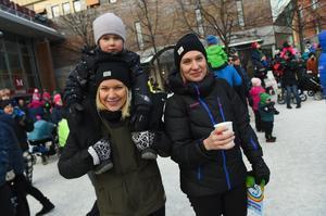 Carolina Svensson med dotter Astrid Nilsson från Östersund hälsade på hos moster Irina Isaksson
