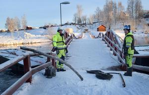 Trots kylan räknar Matti Hietala och Jonas Bosell från Svenska Tungdykargruppen med att avsluta broräddningen den här veckan.