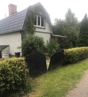 Kjell tycker det var slöseri med skattemedel att kommunen köpte det här huset för 3 miljoner kronor.