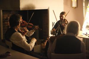 Lästringe låtar spelade i köket hemma hos Kullmans.