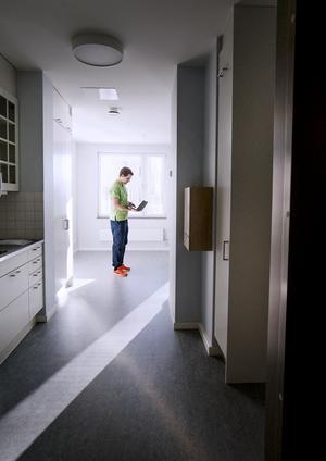 På sin laptop kan Simon Sköld, arbetsterapeut, följa hur personer rör sig i lägenheter. Vid ett eventuellt fall slår systemet larm direkt.