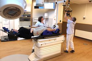 Det är mycket som måste ställas i ordning innan strålkanonen kan slås på och behandlingen börja. Åsa Bonnevier Svärdström och Birgitta Vikström ser till att Madelene Zell får rätt stråldos.