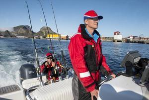 Dags för en ny fisketur och två förväntansfulla fiskare på väg ut. I aktern Magnus och vid rodret Ulf.