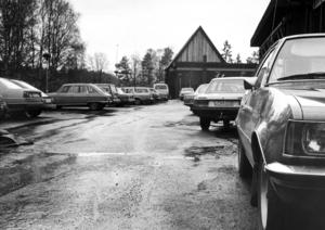 Åsidan av kommunhuset i Svenstavik 1986.