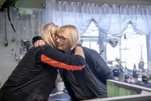 Det finns ett kärt band till kunderna. Här får Ingela Andersson en kram av Ulla som hälsar god jul lite i förskott.