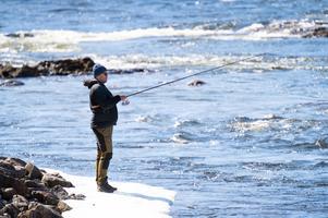 Erik Löfdahl från Sundsvall hade tappat en fisk tidigt på morgonen under påskaftonens premiärfiske i Bergeforsen.