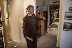 Regissören Martha Westin hälsade alla välkommen till den öppna visningen av Aguéliscener, som inleddes i Ställverket.