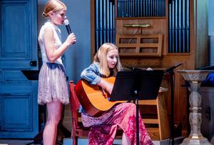 På högstadiet var det eleverna själva som stod för musikunderhållningen. Både genom sång och instrument.