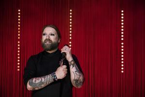 Rickard Söderberg är på Riksteaterturné för första gången med sina ord och sin musik.