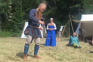 En klädedräkt för en riktig rikeman hade Johan Johansson. Gott om metallnitar på skärpet och andra dekorationer.