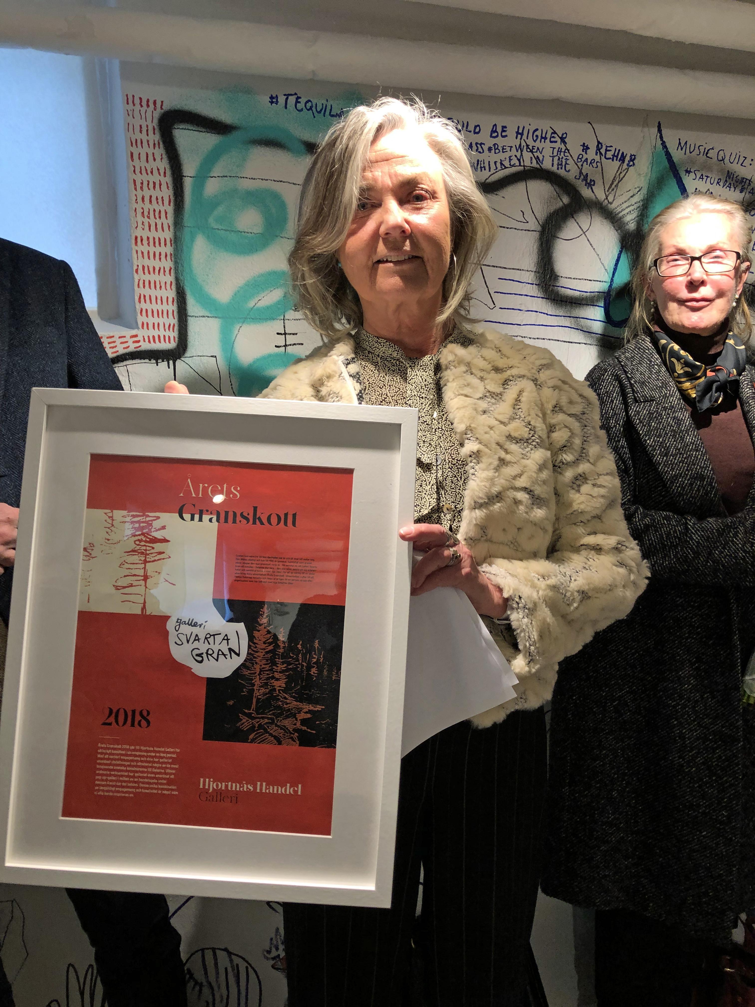 Agneta Kallur tog emot priset vid söndagens vernissage på Galleri svarta gran. Foto: Märta Kallur