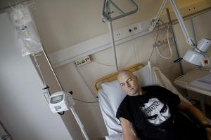 Efter måndagens cytostatikabehandling ska han till replokalen - i år kommer nya bandet Stoenfaces första platta.
