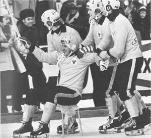 Efter SM-finalsegern över Falu BS 1976 skjutsades Dallas runt Söderstadions is på en stol av lagkamraterna. En bild som blivit klassisk.