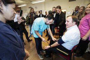 Även Vuxenutbildningen i Gävle fick besök av Stefan Löfven. Vårdeleven Sherzad Mahma kollar statsministerns blodtryck.