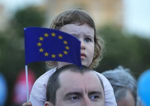 Mer än någonsin behöver vi ett EU som har kraft att stå emot dem som hotar alla människors lika värde och rättigheter, skriver Jytte Guteland och Ulrika Falk. Vadim Ghirda, TT.