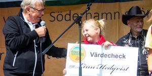 Ryttaren Linn Hedqvist, 12 år, fick ta emot Stenö vänners stipendium. Mats Hanold var nöjd med valet av stipendiat.