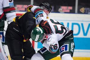 Sigalet och Niclas Lundgren i en het batalj under förra årets säsong. Nu blir de båda lagkamrater. Bild: Dennis Ylikangas / Bildbyrån