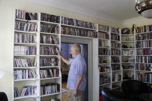 I biblioteket förvaras också parets stora DVD-samling.