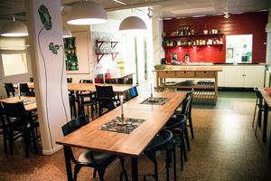 I den gemensamma matsalen serveras middag varje kväll. Väggarna pryds av glada textilier designade av Stig Lindberg.