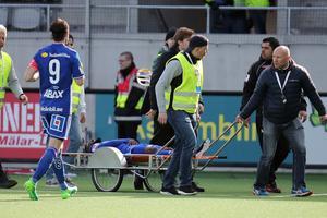 Maic Sema tvingades bäras av planen på bår under matchen mot Dalkurd. Foto: Mats Åstrand / TT