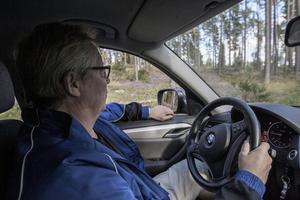 Göran Olsson visar hur motionsspåret i Rimbo drabbades av stormen Alfrida som drog in natten mot den andra januari i år.