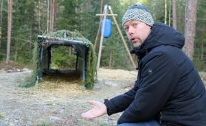 Före detta kommunalrådet Tobias Nordlander är en erfaren jägare och numera en av Suras fyra skyddsjägare. Här visar han vildsvinsfällan som just nu provas ut i skogen.