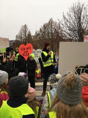 Björn Hammarstedt var en av alla föräldrar som slöt upp till manifestationen på lördagen. Han höll ett tal gällande att skolnedläggningarna inte skulle lösa kommunens situation utan istället förvärra den.
