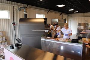 Extra personal fick kallas in till pizzerian efter rusningen de första två dagarnas kundrusch. Ugnen, som kan värmas till 480 grader, har valts ut efter studiebesök i Italien.