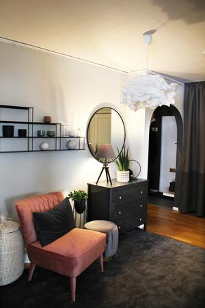 En del av den stora hallen. Möblerna är en blandning och kommer från Ikea,  Rusta, Dollarstore, Bauhaus och Eko.