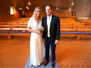 Tomt i bänkraderna, men Svenska kyrkan hade ordnat med bröllopsvittnen. Foto: TT